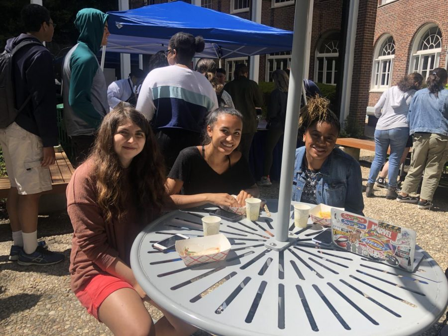 Juniors+Celia+Penny%2C+Kaiya+Schneider%2C+and+Madison+Stephenson+eat+lunch+outside.